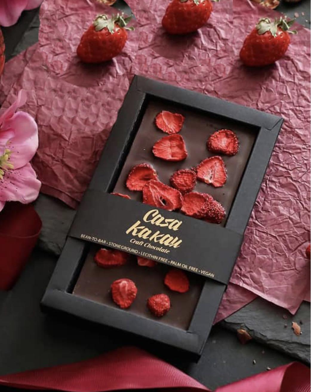 CASA KAKAU | Dunkle Schokolade »Dark & Erdbeeren« 63% MHD 17.11.2021