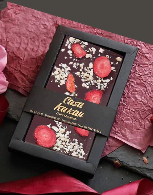 CASA KAKAU | Dunkle Schokolade »Erdbeeren & Haselnüsse« 61% MHD 25.10.2021